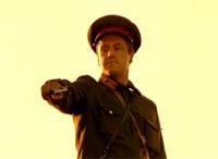 Немецкий диверсант (А.Соколов) расстреливает бойцов РККА то ли по-ковбойски, то ли по-голливудски