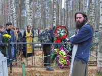 Отец Димитрий Струев у могилы А. Непомнящего