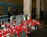 Цветы памяти жертв теракта на Автозаводской. Фото Лента.ру