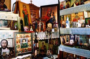 Множество мироточащих икон в квартире Валентины Михайловны
