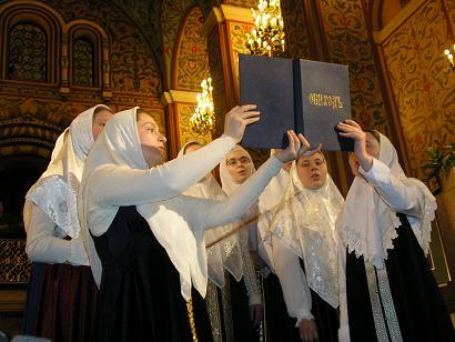 Выступает девичий хор Старообрядческого духовного училища