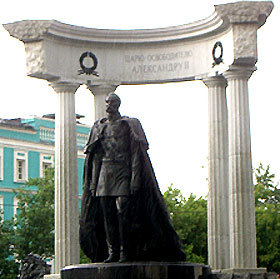 Памятник Александру Второму рядом с Храмом Христа Спасителя