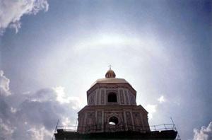 Радуга кольцом воссияла вокруг купола колокольни Святой Софии Киевской