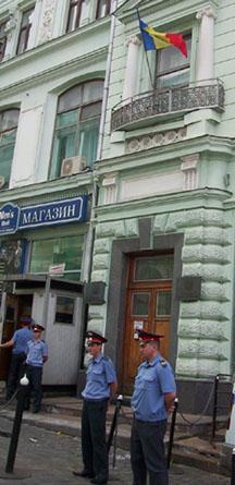 Московские милиционеры скучали, охраняя посольство. Работа такая...