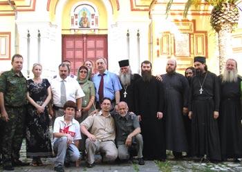Автор статьи, церковные и политические деятели Абхазии и России в Новоафонском монастыре (первый слева — командующий российским миротворческим контингентом генерал Чабан)