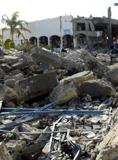 Первый взрыв произошел у входа в гостиницу Ghazala Gardens/фото: АФП 2005, Khaled Desouki