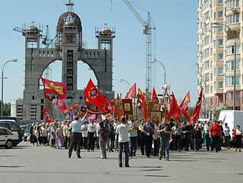 Тысячи православных собрались у строящегося униатского собора в Киеве