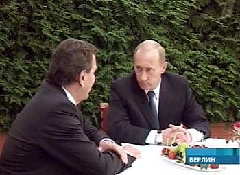 Владимир Путин и Герхард Шредер на подписании договора о строительстве газопровода. Кадр Первого канала