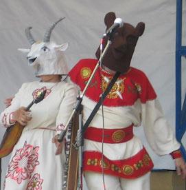 Один артист в русском национальном костюме вышел в пляс с головой медведя, а его коллега-артистка в традиционном сарафане — с головой козы