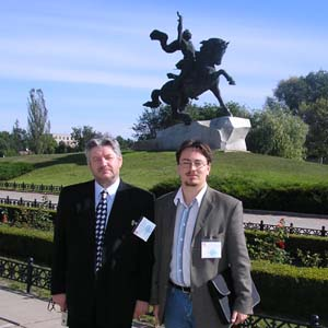 Международные наблюдатели Алкснис и Тюренков у памятника генералиссимусу Суворову в Тирасполе